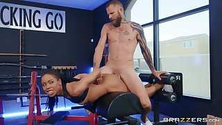 Wasting away ebony tries a good fuck at the gym with the trainer