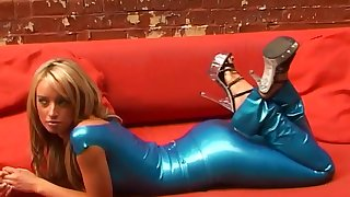 Horny light haired latex chick gonna portray you her juicy booty